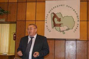 Владимир Николаевич Горбачёв, заместитель начальника управления природных ресурсов и охраны окружающей среды Алтайского края приветствует участников краевой конференции.