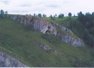 Вид с дороги на пещеру Логово Гиены. Фото: С.А. Бондаревская