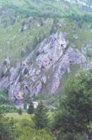 Гора Семипещерная. Видны (сверху вниз, справа налево) нижний выход сквозного провала; вход в п. Мрачную; ниша Ступень, пять входов в пещеру Пустая; ниша над Струной, арка, нижний вход в Струну (почти скрыт скалой).  Фото: В. К. Вистингаузен