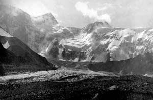 Аккемская стена Белухи. Слева направо: вершина Делоне, Восточная першина, Седло, Западная вершина, Западное плато. На переднем плане - Аккемский ледник