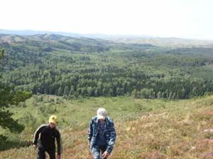 Рис. 13. Группа обследует западный склон Колыванской горы