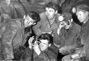 Красноярские спелеологи в пещере. На заднем плане в центре - Игорь Ефремов