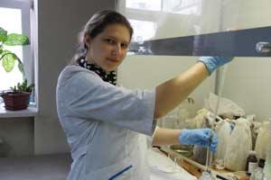Студенка 5 курса О.Ерещенко в лаборатории АлтГУ при сортировке собранных проб воды
