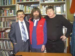 В центре – Федор Конюхов, справа от него – редактор «Природы Алтая» Сергей Малыхин, слева – журналист Михаил Сердюков