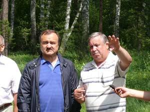 Экскурсию для депутата Государственной Думы А.И. Фокина проводит директор ботанического сада А.И. Шмаков