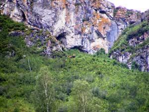 Прямо - вход в пещеру, слева - два входа в Туннель. Фото Д. Аникина