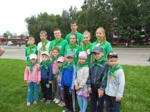 Воспитанники детского сада вместе с участниками движения «Начни с дома своего» перед началом проведения субботника «Зеленая Россия»