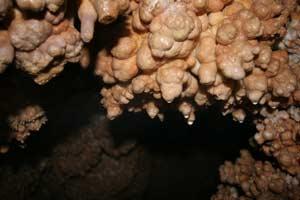 Кальцитовые образования Музейной пещеры. Фото А. Макивского