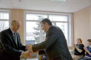 Виктор Броцман вручает Азеру Алиеву удостоверение общесвтенного инспектора