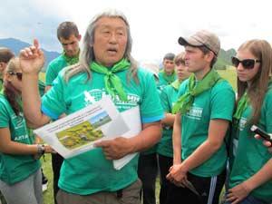 Данил Мамыев проводит экскурсию по Каракольской долине