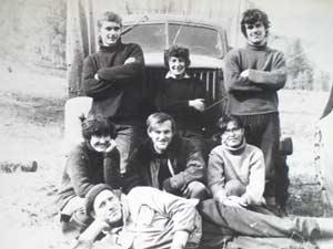 Полевой сезон 1969 года завершен! Стоят в центре – Оля, справа – Толя Губарь. Сидят слева – Нина, в центре – я, справа – Таня. Лежит Толя Балов.