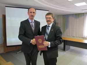 Владимир Попрядухин вручает Сергею Малыхину Почетную грамоту Федерального агентства