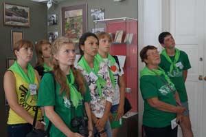Участники экспедиции с интересом смотрят кадры из фильмов В.М. Шукшина