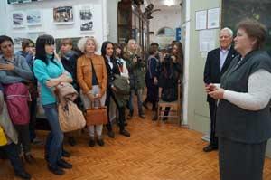 Директор музея Ольга Падалкина приветствует первых гостей выставки