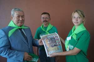Амагельды Токтарову вручают подшивку газеты Природа Алтая