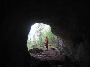 У Большой Белобомской пещеры. Фото И. Зелениной,  2011 г.