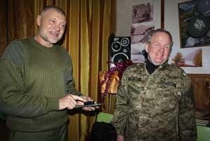 Директор Алтайского заповедника И. Калмыков вручает почётный знак Сергею Ерофееву
