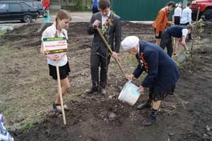 труженица тыла Попова Александра Дмитриевна сажает свое деревце