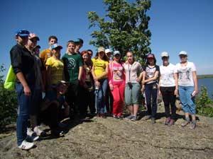 Участники экспедиции-практикума «Природа без границ» в окрестностях озера Колыванского