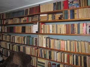 Это не районная библиотека. Это домашняя библиотека семьи Михайловых. Впечатляет, правда?