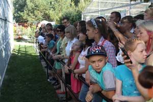 Посетители зоопарка интересуются экспериментами студентов-зоологов