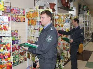 Служащие управления Антон Таранюк и Иван Наумов проверяют соблюдение правил