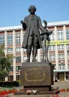 Памятник великому изобретателю у АлтГТУ